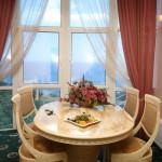 Столик в номере suite-shahriyar