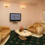 Диван в номере suite-shahriyar
