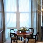 Столик в номере suite-vip