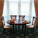 Столик в номере suite-alladin