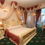 Кровать в номере suite-shahriyar